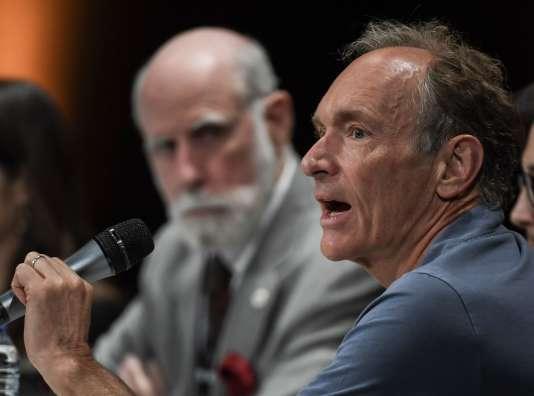Le vice-président de Google et coinventeur du protocole Internet, Vinton Cerf, écoute le créateur du Web, Tim Berners-Lee, lors d'une table ronde sur l'intelligence artificielle et son avenir.