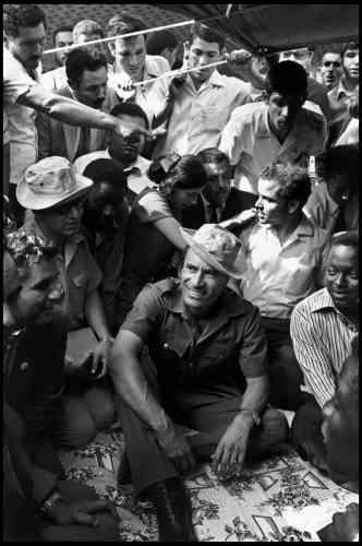 Lorenzo Meloni :«J'ai choisi cette photo car elle me renvoie à une anecdote amusante. Je revenais d'un voyage en Libye où j'ai pu prendre très peu de photos et j'étais à l'agence pour appeler l'ambassade afin de les supplier d'avoir un autre visa. Abbas était là et me parlait de quand, invité à photographier les «grands triomphes» de la révolution de Kadhafi, il était pratiquement obligé de visiter un barrage dont rien ne l'intéressait et il lui était également interdit de photographier quoi que ce soit. Le photojournalisme est un travail solitaire où il est facile de se sentir perdu, Abbas m'a fait me sentir moins seul. »