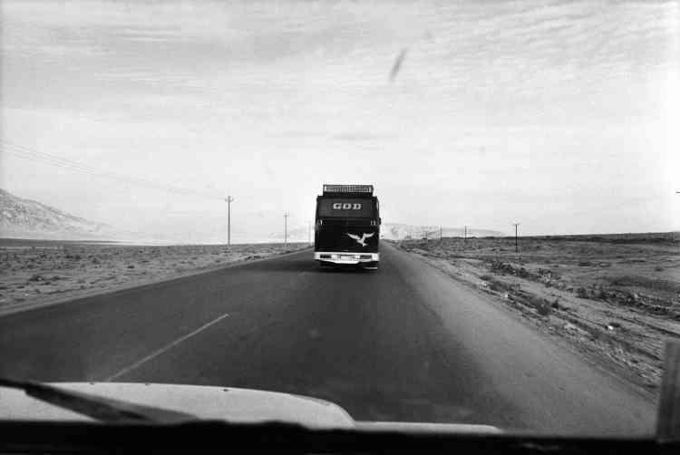 """Newsha Tavakolian :« La dernière photo du légendaire livre d'Abbas """"Iran Diary 1971-2002"""" est douloureusement simple. C'est une photo d'un bus avec le mot""""Dieu"""" écrit sur le pare-brise. Ceux qui ne connaissent pas bien l'histoire de l'Iran pourraient ne pas être interpellés, mais pour moi, elle résume tout ce qu'Abbas montre dans le livre : la douleur de la révolution, le fait que son futur est entre les mains de Dieu. Abbas était comme un père pour moi. Quand j'avais18 ans, il m'a pris la main, et avec tendresse et un amour inconditionnel, il m'a tout appris sur la photographie. Il pensait comme un philosophe photographe et faisait de la magie avec sa caméra. Quand il était enfant, il a beaucoup voyagé avec son père, un religieux. Plus tard il a continué cette recherche universelle de la foi et de Dieu. Abbas était un témoin et un documentariste de l'histoire. J'ai perdu mon père, nous avons perdu ses yeux sur le monde.»"""