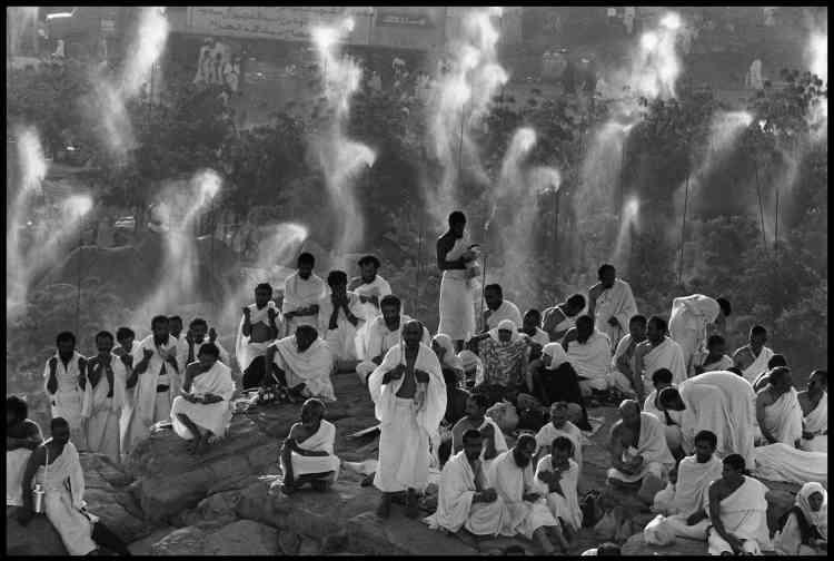 Bruno Barbey :«Cette photographie de pèlerinage a La Mecque résume la passion d'Abbas pour les religions, un des thèmes principaux de son œuvre, et son aptitude pour jouer avec l'ombre et la lumière.»