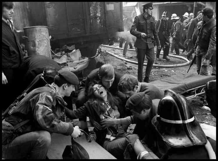 Gilles Peress :«A Belfast en 1972, Abbas et moi partagions une chambre mais nous nous séparions pour faire des photos. Un matin je suis en haut de Falls Road et j'entend une énorme explosion dans le centre-ville… Abbas était là… Il m'est impensable qu'il nous ait quitté!»