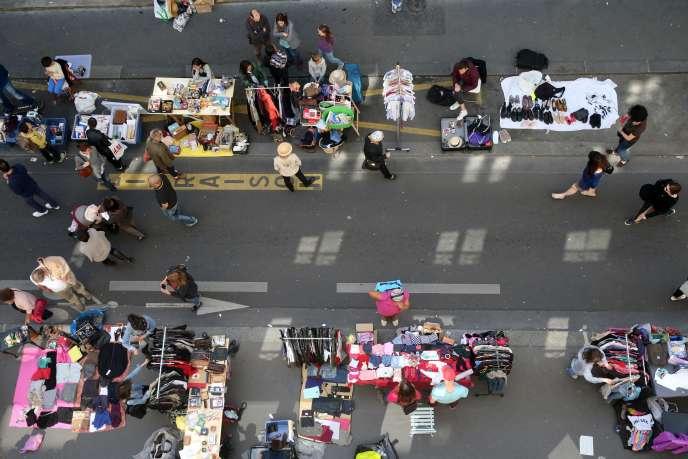 Un vide-grenier à Paris