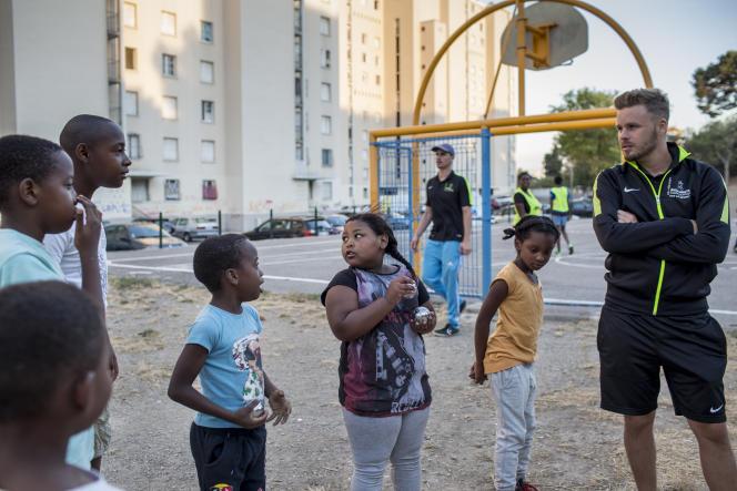 Des éducateurs de l'«Urban sport truck» de l'Addap13 proposent des activités sportives à la cité des Rosiers, à Marseille, en août 2017.