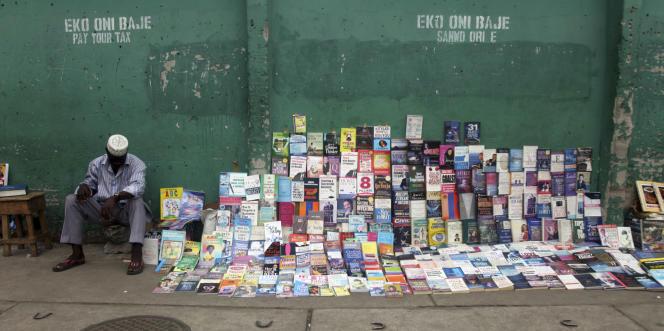 Un vendeur de livres à Lagos, au Nigeria, en 2012.