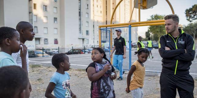 Des éducateurs de l'« Urban sport truck» de l'Addap13 proposent des activités sportives aux jeunes de la cité des Rosiers, à Marseille, le 10 août 2017.
