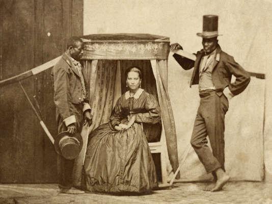 Portrait en studio d'une riche brésilienne sur une litière, avec ses esclaves, Sao Paulo, c 1860.