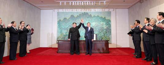 Le président sud-coréen, Moon Jae-in, et son homologue, Kim Jong-un, à Panmunjom, le 27 avril.