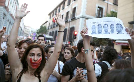 Manifestation contre le verdictpour «abus sexuels» de «la Meute» de Pampelune devant le ministère de la justice, à Madrid, le 26 avril.