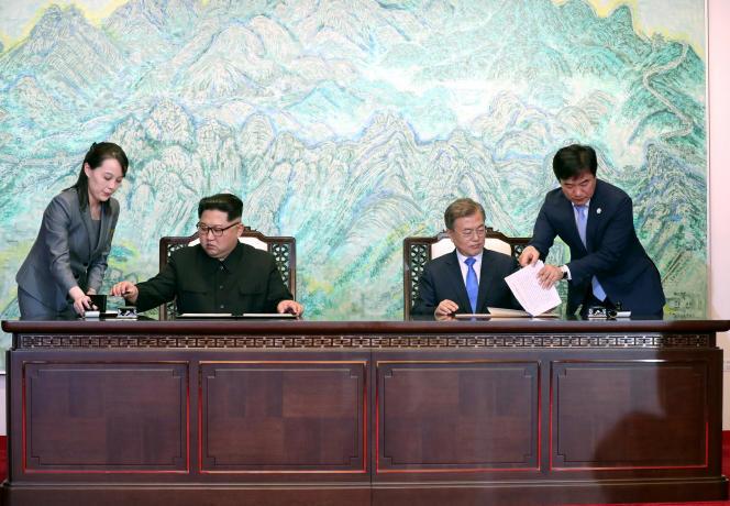 Les dirigeants nord et sud-coréens signent la déclaration de Panmunjom, dans la zone démilitarisée entre les deux Corées, le 27avril 2018.