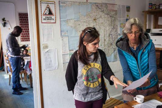 Des bénévoles au CRS (collectif refuge solidarité) à Briançon (Hautes Alpes) où sont accueillis des migrants qui ont traversé la frontière en partant de l'Italie par la montagne, le 26 avril.