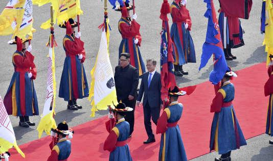 Le dirigeant nord-coréen Kim Jong-un et le président sud-coréen Moon Jae-in passent la garde d'honneur en costume traditionnel, à Panmunjom, le 27 avril.