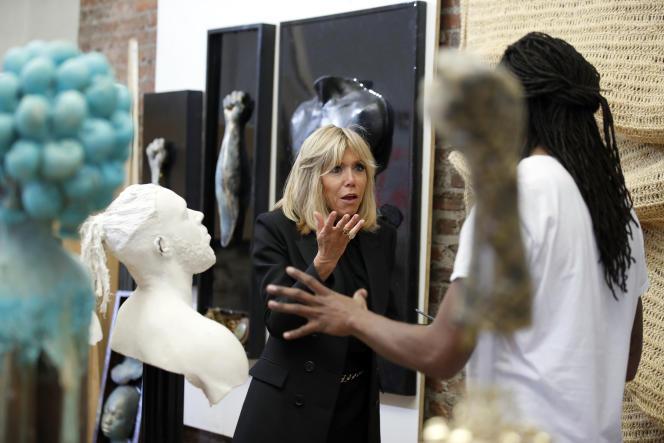 Brigitte Macron en discussion avec l'artiste multimédia Stephen Hayes lors de sa visite du Halcyon Arts Lab, à Washington, le 25 avril.
