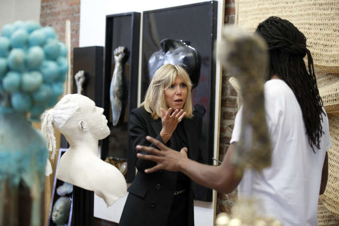 Brigitte Macron en discussion avec l'artiste multimédia Stephen Hayes lors de sa visite du Halcyon Arts Lab, à Washington, le 25 avril.