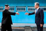 Vendredi 27 avril à Panmunjom, dans la zone démilitarisée entre les deux Corées, les dirigeants nord et sud-coréens ont entamé un sommet historique après une poignée de main très symbolique sur la ligne de démarcation divisant la péninsule, le leader nord-coréen Kim Jong Un se voyant « au seuil d'une histoire nouvelle ».
