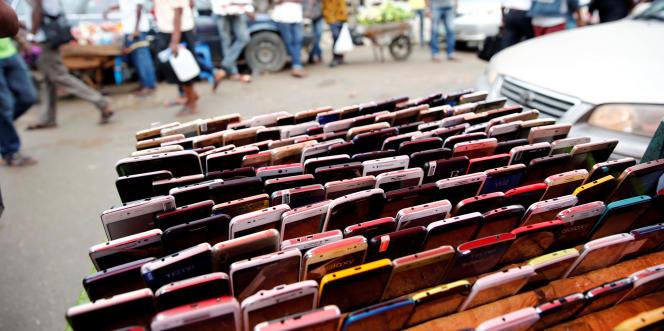 A Ikeja, dans la périphérie de Lagos, en mai2017. Le Nigeria compte 140millions detéléphones portables, vecteur privilégié de diffusion desfausses informations.