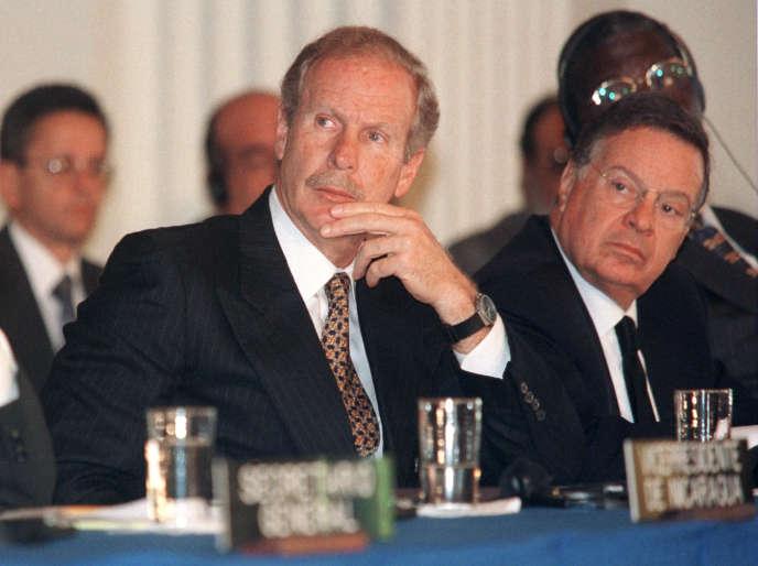 Alvaro Arzu, ici en 1999, avait supervisé la signature des accords de paix de 1996 qui avaient mis fin à trente-six ans de guerre civile au Guatemala.