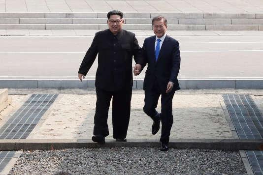 Passage de la ligne de démarcation par le dirigeant nord-coréen Kim Jong-un et le président sud-coréen Moon Jae-in, le 27 avril.