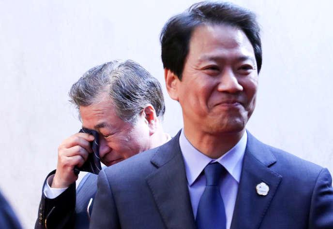 Derrière Im Jong-seok, le secrétaire de la présidence sud-coréenne, Suh-hoon, le chef du renseignement sud-coréen, essuie une larme, après la signature de la déclaration engageant la péninsule vers la dénucléarisation et la paix,au village de la trêve de Panmunjom, le 27 avril.