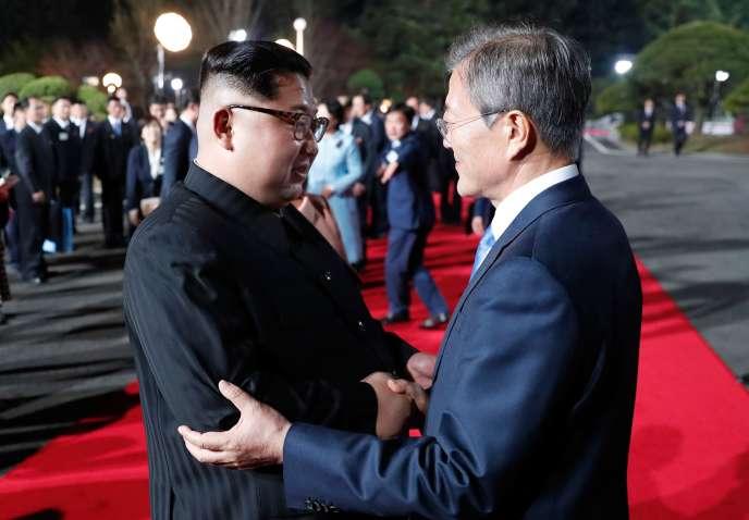 « La Corée du Nord devra démontrer dans les faits son engagement dans la dénucléarisation» (Le leader de Corée du Nord Kim Jong-un rencontre le président de Corée du Sud Moon Jae-in le 27 avril à Panmunjom).