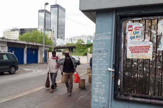 Cité de la Capsulerie, à Bagnolet,un tag recense les plaques des voitures de police pour servir d'aide-mémoire aux guetteurs lors des trafics de drogue.