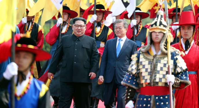 Le leader nord-coréen Kim Jong Un et le président sud-coréen Moon Jae-in, lors de leur rencontre à Panmunjom, vendredi 27 avril.