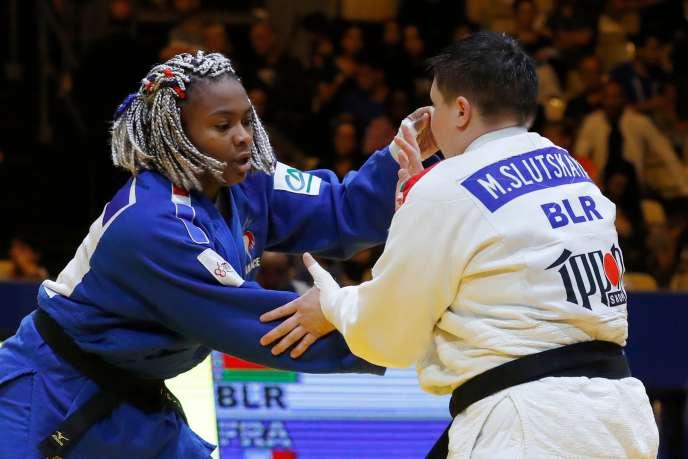 La judoka française Romane Dicko (en bleu) face à la BiélorusseMaryna Slutskaya en + 78 kg lors de l'Euro 2018 à Tel Aviv, en Israël, le 28 avril.