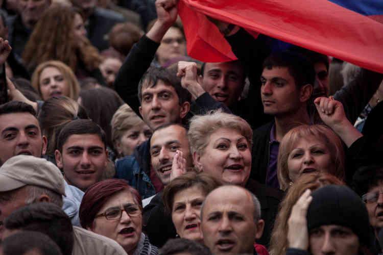 Dans la foule, Anait Vartinian, 56 ans (souriante, à droite): « Enfin de l'espoir dans cette ville qui a tant souffert et ne survit que grâce à la diaspora ! »
