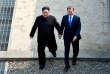 Kim Jong-un et Moon Jae-in passent la ligne de démarcation entre leurs deux pays le 27 avril.