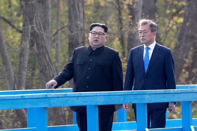 Aparté entre le dirigeant nord-coréen et le président sud-coréen, à Panmunjom, le 27 avril.
