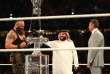 Braun Strowman reçoit le trophée du Greatest Royal Rumble des mains de Turki Alsheikh, président de l'Autorité saoudienne des sports, vendredi 27 avril à Djeddah.