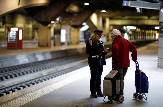 La direction de la SNCF prévoit une forte mobilisation des cheminots, lundi 14 mai – ici, le 29 avril, lors d'une précédente journée de grève à la gare Montparnasse, à Paris.