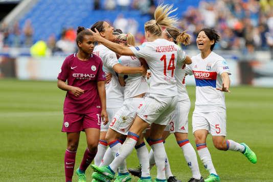 Lucy Bronze et ses coéquipières fêtent l'ouverture du score face à Manchester City.