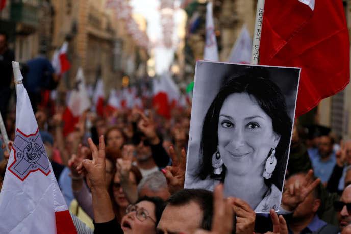 Un manifestant brandissant une photo de Daphne Caruana Galizia dans les rues de La Valette, dimanche 29 avril.