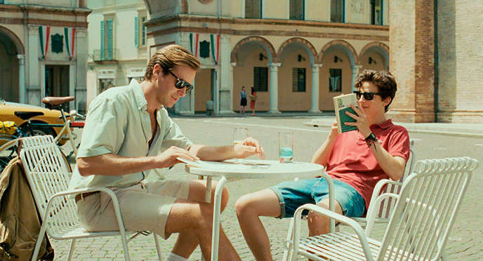 Timothée Chalamet et Armie Hammer sur la place de Cremone, dans « Call Me by Your Name ».