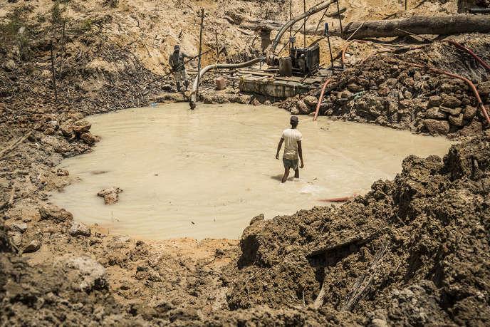Dans une mine d'or de la région de Mazaruni au Guyana, le 4 avril 2018. Un cliché diffusé par Interpol le 30 avril 2018 après une opération de police contre le trafic humain menée par 13 pays en Amérique du Sud et dans les Caraïbles.