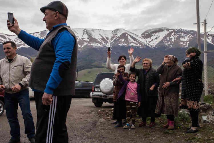Les gens saluent le passage de l'opposant Nikol Pachinian dans la village de Margahovit, environ 65 km au nord d'Erevan.