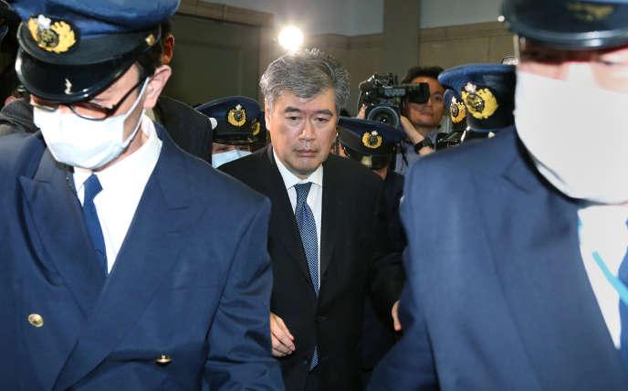 Le haut responsable administratif Junichi Fukuda quitte le ministère des finances, le 16 avril, à la suite d'un scandale provoqué par une affaire de harcèlement sexuel.
