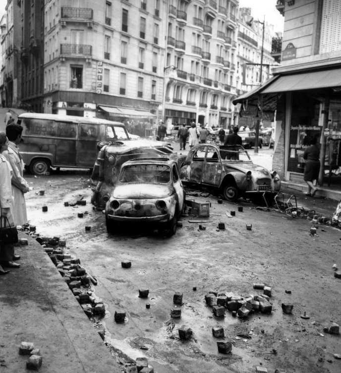 Des voitures détruites et incendiées après les émeutes de la nuit dans le Quartier latin, à Paris, le 11 mai 1968.