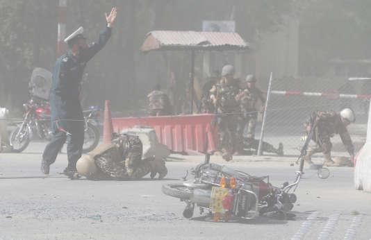 Scène de désolation après un double attentat qui a visé la presse à Kaboul, le 30 avril, faisant au moins 26 victimes.