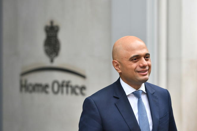 Sajid Javid, le nouveau ministre de l'intérieur britannique, pose devant les journalistes, le 30 avril, devant le Home office, à Westminster.