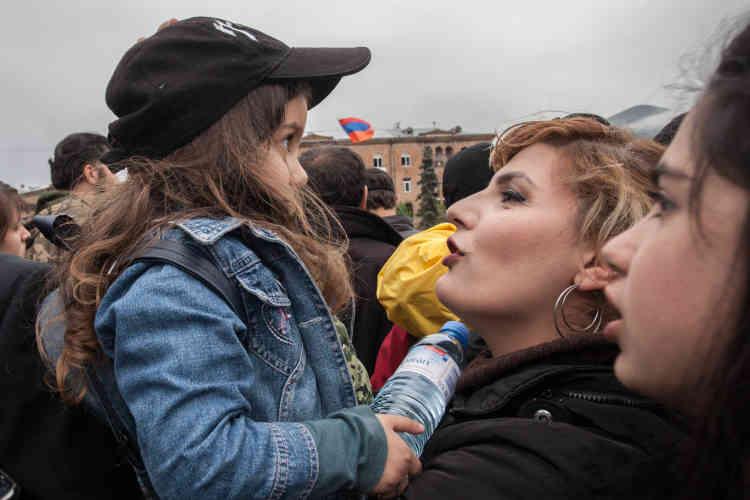 Sa mère fait patienter Astrik, 4 ans, pour assister au meeting.