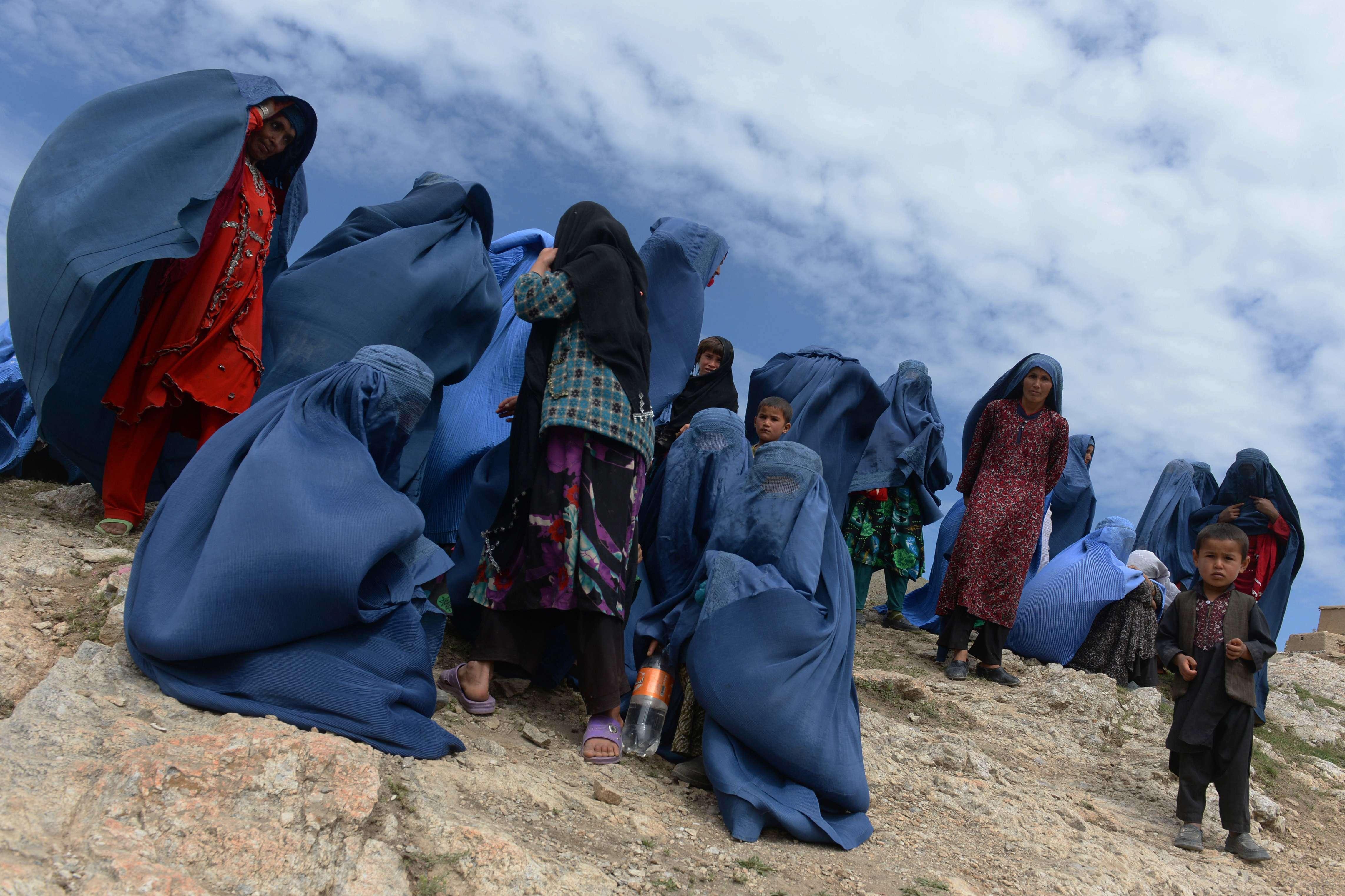 Photo prise le 5 mai 2014 : des villageois afghans dans le village d'Aad Bareek, dans le district d'Argo.