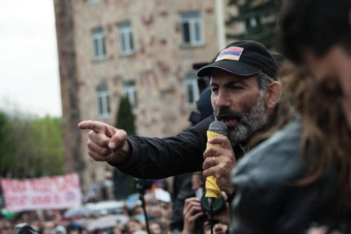Nikol Pachinian s'adresse à la foule lors de son meeting àVanadzor, au nord de l'Arménie, le 28 avril.