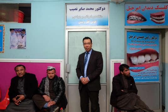 Le docteur Mohammad Saber Nasib (au centre) est le directeur de l'hôpital Istiqlal de Kaboul. Ici le19mars, devant son bureau.