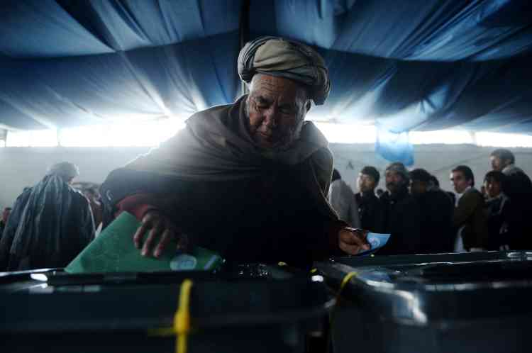 Photo prise le 5 avril 2014 : un Afghan dans un bureau de vote à Kaboul.
