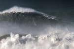 Rodrigo Koxa, le 8 novembre 2017 à Nazaré (Portugal), sur une vague de 24,38m,la plus haute jamais surfée au monde. Le 28 avril, la World Surf League a validé la performance du Brésilien.