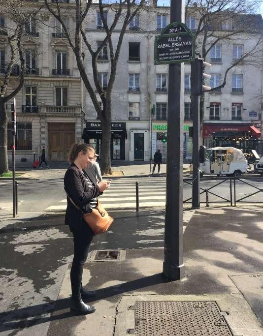 Charlotte Soulary, l'auteure de «La Guide de voyage», découvre une allée au nom de Zabel Essayan sur le boulevard de Ménilmontant.