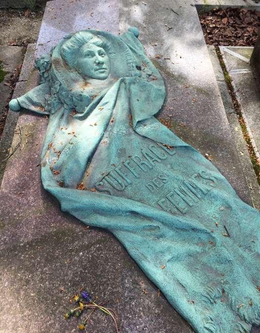 La tombe d'Hubertine Auclert, au cimetière du Père-Lachaise, rend hommage au combat pour le droit de vote des femmes.