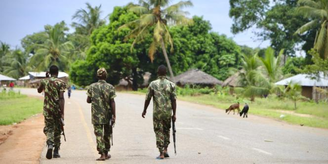 Des soldats mozambicains patrouillent à Mocimboa da Praia, dans le nord du pays, le 7mars 2018, après une attaque d'insurgés islamistes.