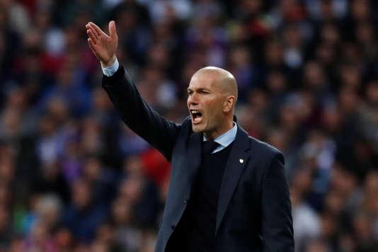 Zinédine Zidane dicte ses consignes à ses joueurs, à Santiago-Bernabeu mardi soir.